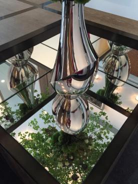 Le vase conçu par Todd Bracher exprime un mélange de la vie et de la nature